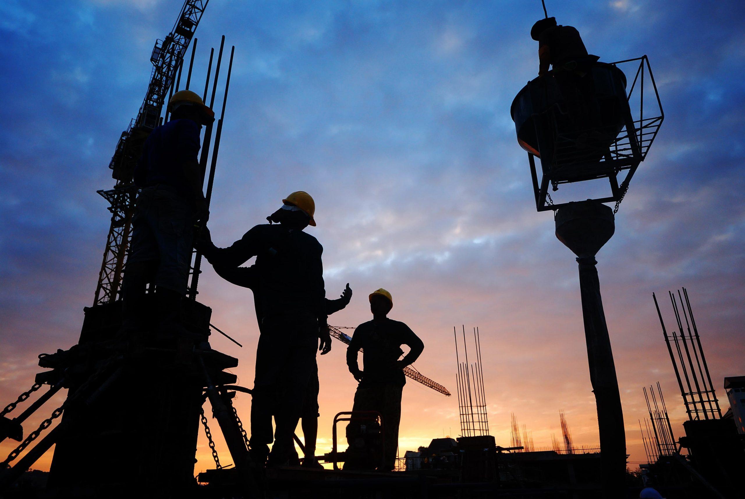 silhouette-construction-ouvriers-chantier-grue